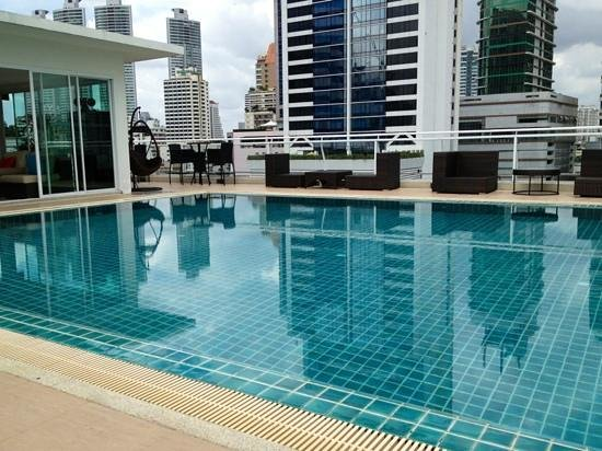 Bless Residence: 18:00まで日光浴可のプール