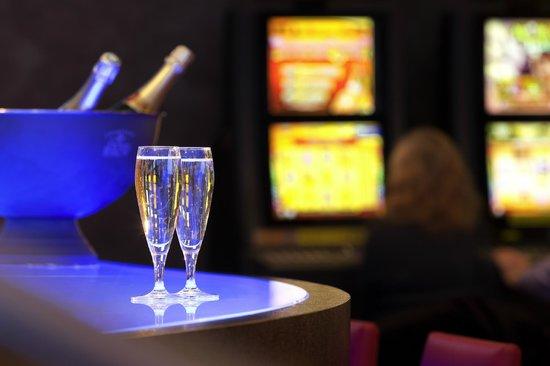 Casino Barrière de Saint-Raphaël : Le bar des machines à sous