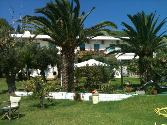 Angeliki Beach Hotel: Gardens and hotel