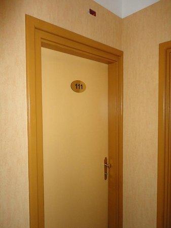 Burg Hotel: La porta d'ingresso della camera 111