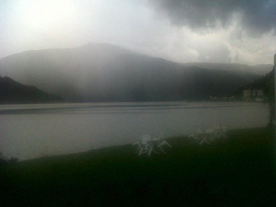 Hofslund Fjord Hotel : A mystical moment as we approached our room: suspended precipitation that did not touch the fjor