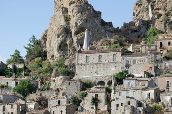 Melito di Porto Salvo, Italie : Chiesa dei Santi Pietro e Paolo con il suo campanile ricoperto da ceramiche