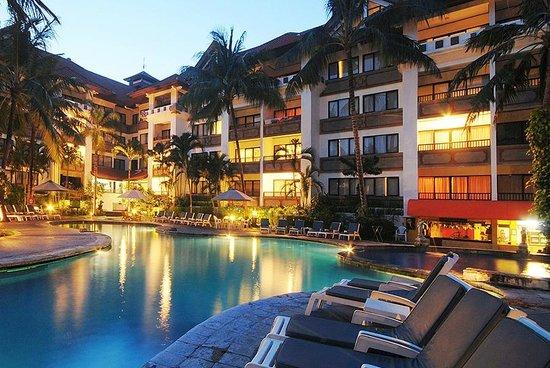 Sanur Paradise Plaza Suites: Pool Evening