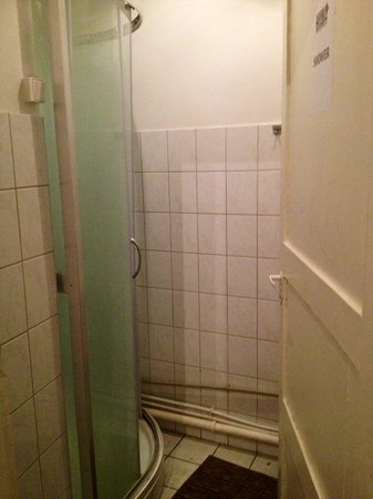 16eur Fat Margaret's Hostel: Common use bathroom