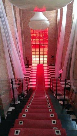 Cesar Resort & Spa: Escalier central.