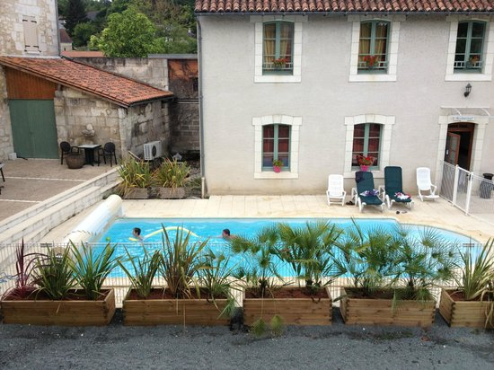 Hostellerie du Perigord Vert : View from our balcony on the pool