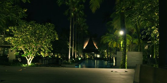 Twinpalms Phuket: pool by night