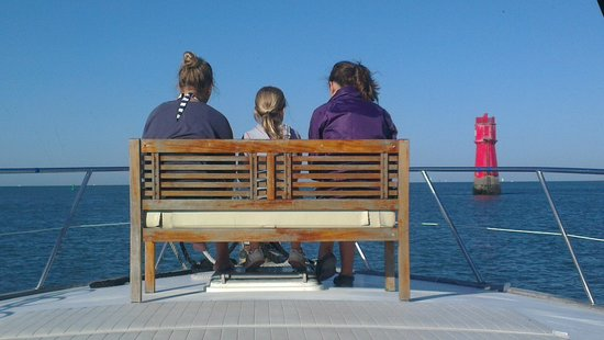 Compagnie Maritime du Pertuis : Girl's on the boat