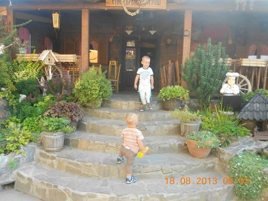 Hotel Gros Leskovac: In front of the traditional restaurant
