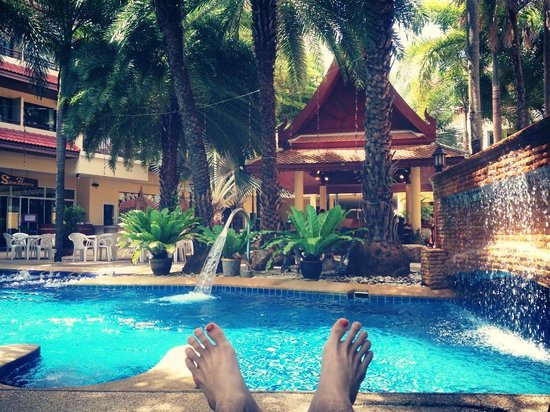 Baumanburi Hotel: relaxing by the pool