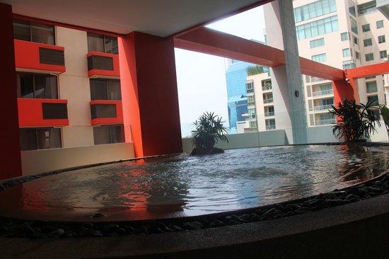 Bandara Suites Silom, Bangkok: Pool area