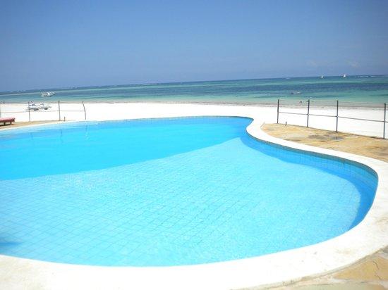 Kusini Beach Cottages : Pool/Beach