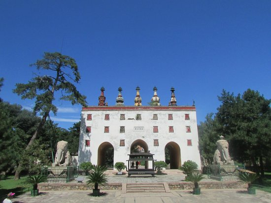 Eight Outer Temples in The Bishu Villa: The Five Pagodas Gate