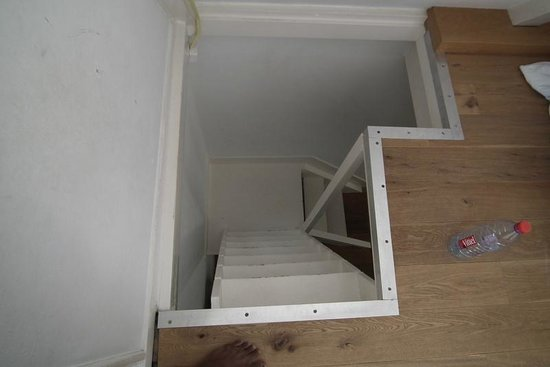 Budget Easy Rooms: 3rd set of stairs to reach the bedroom and bathroom