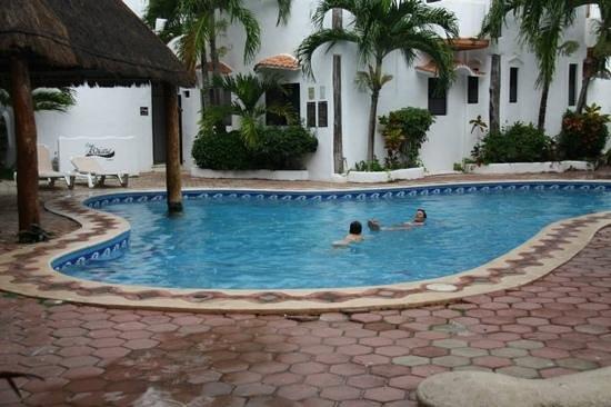 Sole Y Luna B&B : anche con la pioggia si sta in piscina!