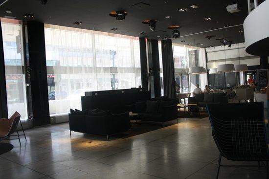 Nordic Light Hotel: zona de desayuno al fondo