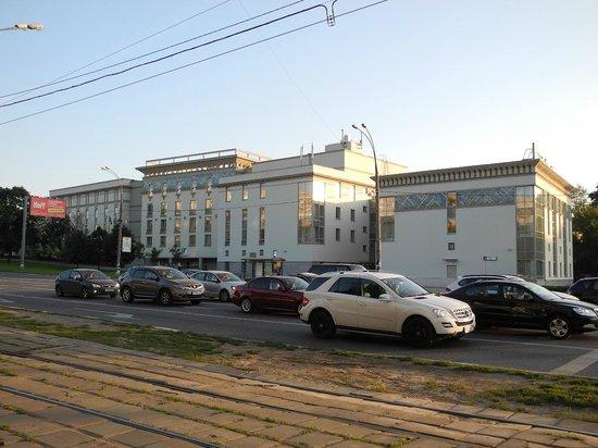Holiday Inn Moscow-Tagansky: 外観。手前には路面電車の線路が見えます。