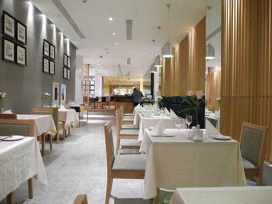 Holiday Inn Moscow-Tagansky: 1階のレストラン。白が印象的でした。