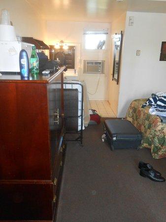 Motel 400: senza armadi, tutta la roba in valigia