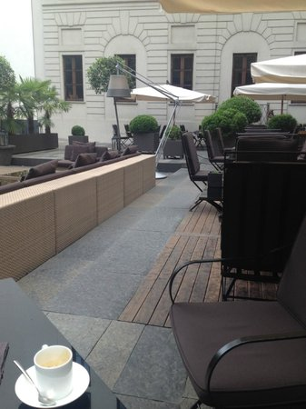 Bulgari Hotel Milano: quick coffee before work!!