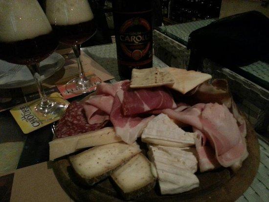 Birra E Dintorni : Tagliere con formaggi chimay e salumi