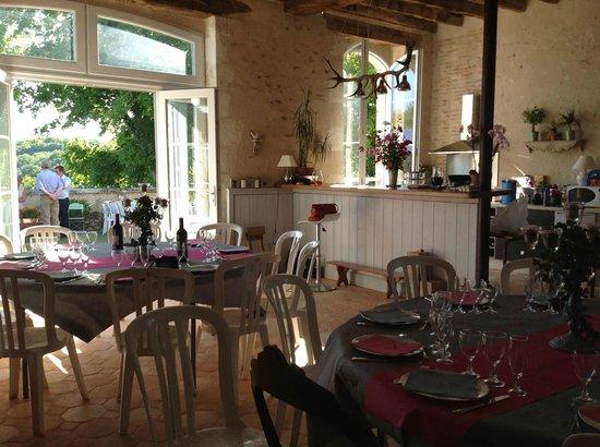 Domaine de Montgenoux: Tables des invités - intérieur