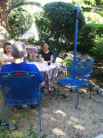 Villa Tehila: while the kids are feeding the animals