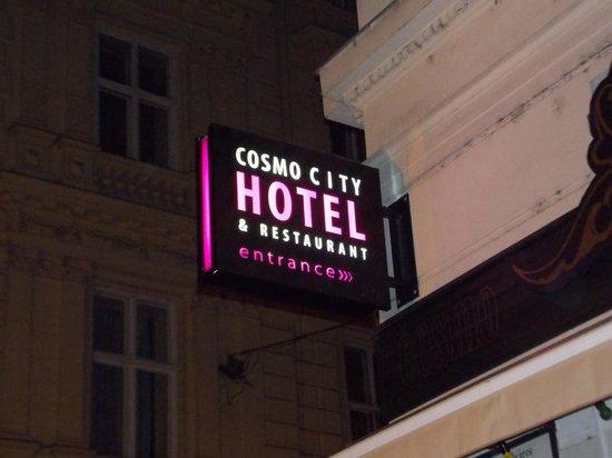 Cosmo City Hotel: L'insegna da Vaci Utca