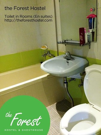 The Forest Hostel: En suite restroom