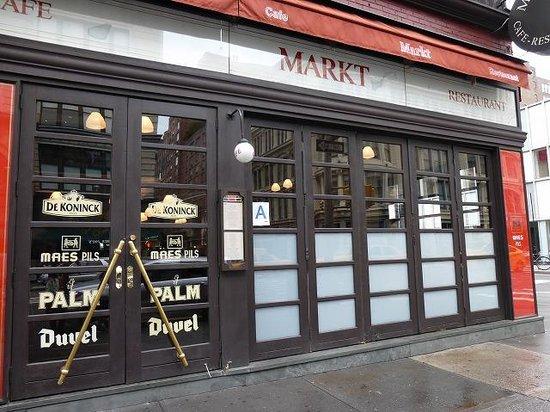 Markt: 開店するときに、道路との仕切りを外していました。