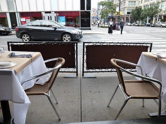 Markt: 外を眺めながら食事ができます。