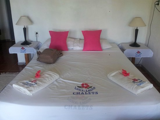 Lusia's Lagoon Chalets: Also had 3 single beds in the room for our kids and it wasnt cramped.