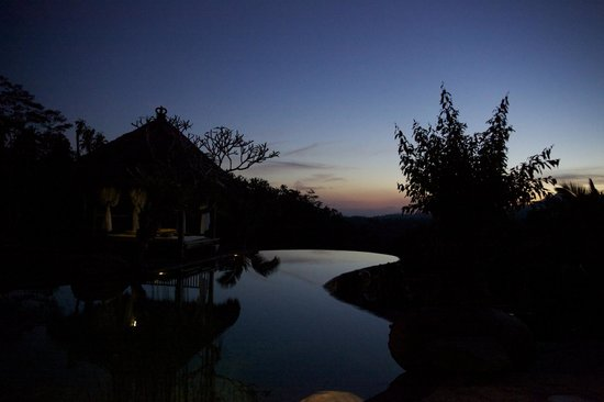 Dara Ayu Villas & Spa : Lounging by the infinity pool at sunset.