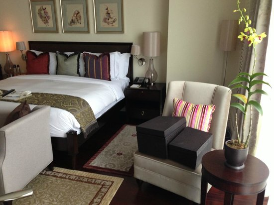 Raffles Makati : Sitting area by bed