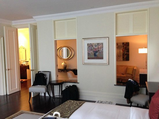 Raffles Makati : Pass through from bedroom to living room