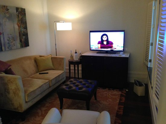 Raffles Makati: Living area