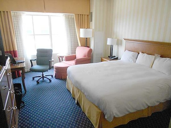 Hartford Marriott Downtown: The bedroom from the other side.