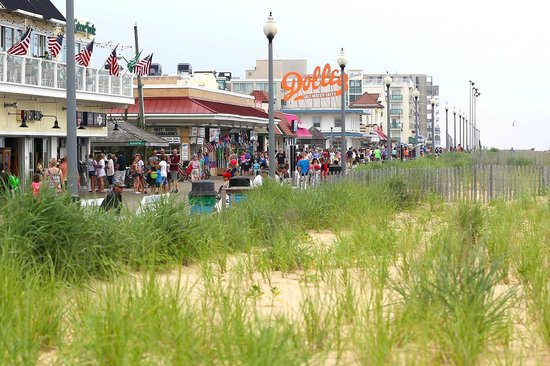 Gus & Gus Place: Gus Gus right on the board walk Rehoboth Beach