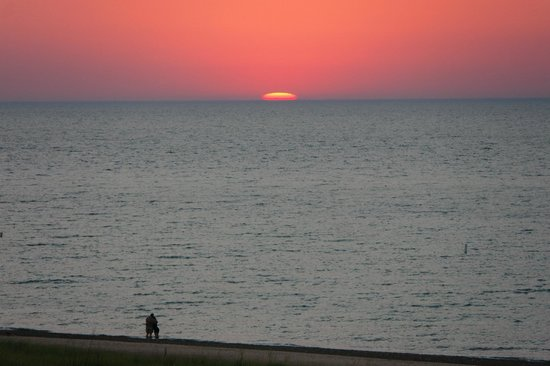 Lake Country Inn: Heaven seems a bit closer when you are at the beach for sunset