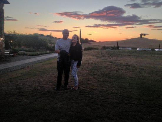 Relais Sant'Elena: Pôr de sol visto do jardim do hotel