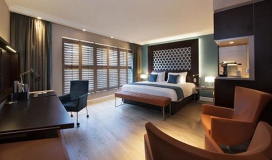 Hotel Dux: Rooms are spacious. Tastefully decorated design & interiors