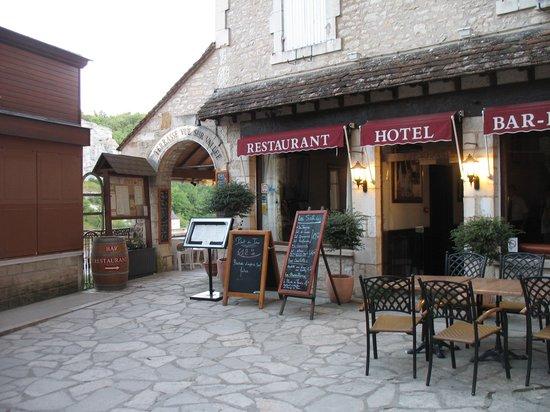 Le Relais de Castelnau : Hotel entrance leading to a great view