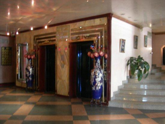 Hotel Maritza: Lobby elevators