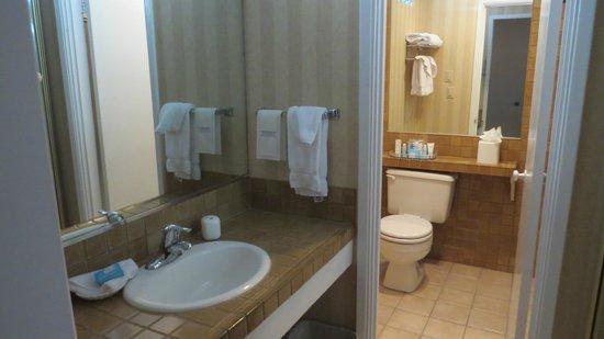 Best Western Plus Pepper Tree Inn: Vorraum mit Badezimmer