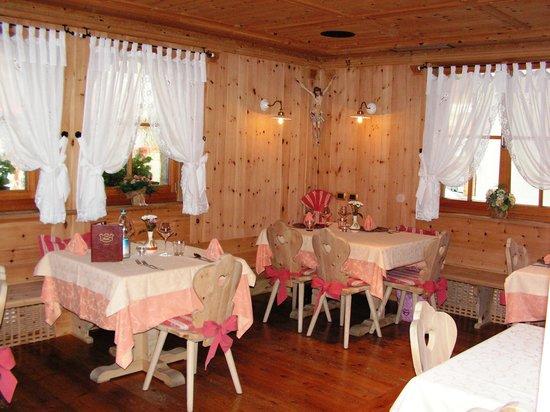 Hotel Rita & Spa: La sala dove abbiamo cenato, arredata in stile Ladino