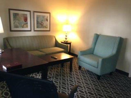 Sunday House Inn: Suites sitting room