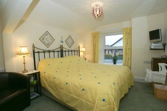 Albany House Bed and Breakfast Peel: The Yellow Room