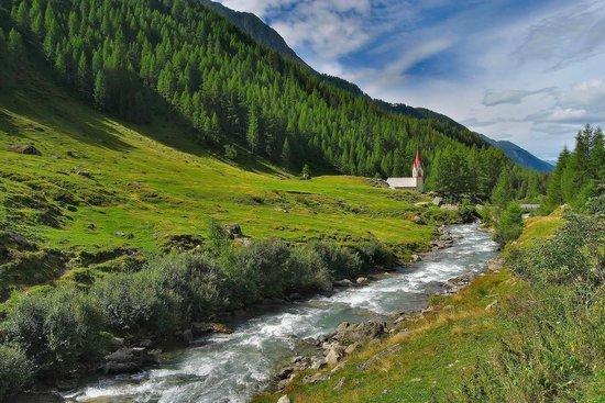 Berghotel Kasern: La chiesetta di Santo Spirito e il torrente Aurino a pochi minuti dall'hotel