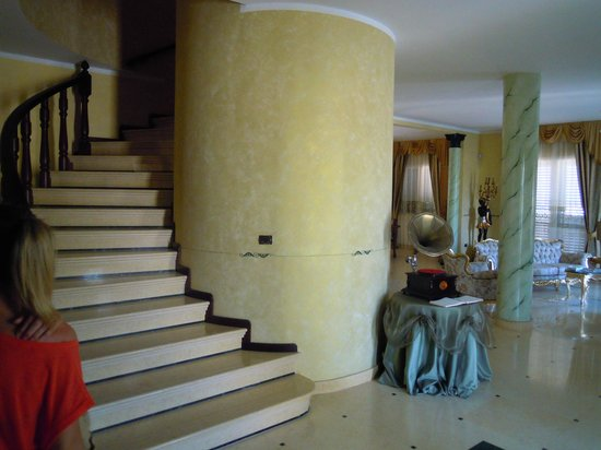 Villa Belvedere: Scala che porta al primo piano della villa,dove sono collocate le stanze