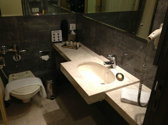 The Mirador Hotel: The bathroom